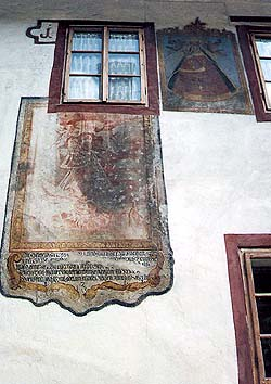 Parkán no. 104, wall pictures on the facade