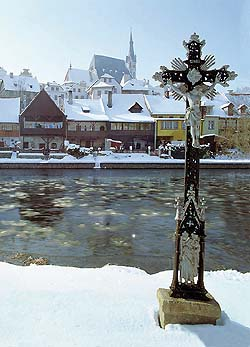 Cross on the shore of the Vltava River in Český Krumlov, winter, foto: Libor Sváček